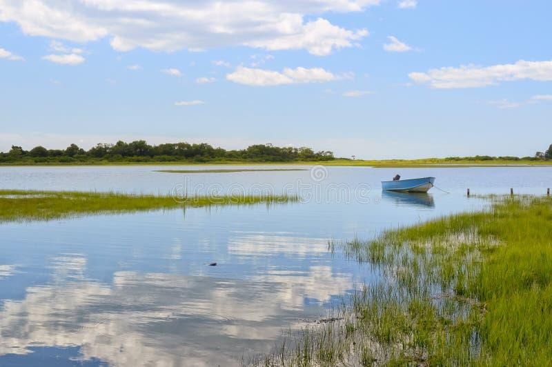 Μπλε βάρκα στα τέλματα στοκ εικόνα με δικαίωμα ελεύθερης χρήσης