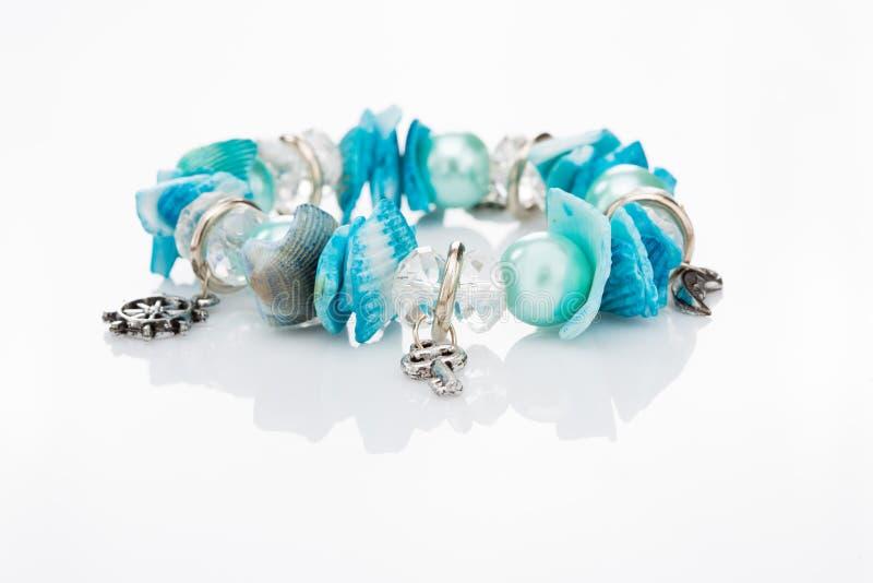 Μπλε βραχιόλι με τα κρεμαστά κοσμήματα στοκ φωτογραφία με δικαίωμα ελεύθερης χρήσης