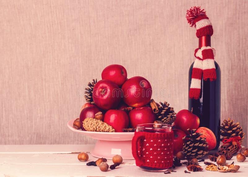 μπλε γυαλί σύνθεσης Χριστουγέννων μπιχλιμπιδιών Τα συστατικά για το θερμαμένο κρασί Εικόνα στοκ φωτογραφία με δικαίωμα ελεύθερης χρήσης