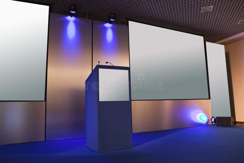 μπλε επιτραπέζιο δάσος αίθουσας συνδιαλέξεων εδρών στοκ φωτογραφία με δικαίωμα ελεύθερης χρήσης