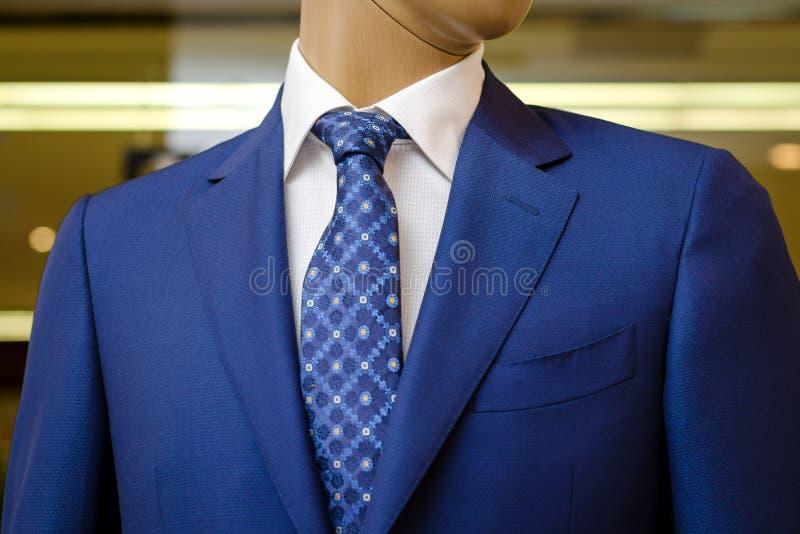Μπλε επιχειρησιακό κοστούμι με ένα άσπρο πουκάμισο και με έναν μπλε δεσμό στο σχέδιο στοκ φωτογραφία με δικαίωμα ελεύθερης χρήσης