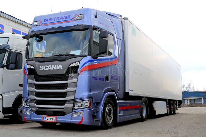 Μπλε ημι ρυμουλκό Scania επόμενης γενιάς S450 που σταθμεύουν στοκ φωτογραφία με δικαίωμα ελεύθερης χρήσης