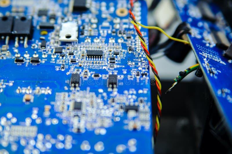 Μπλε ηλεκτρονικός πίνακας κυκλωμάτων με διαφορετικά microelements στοκ φωτογραφία