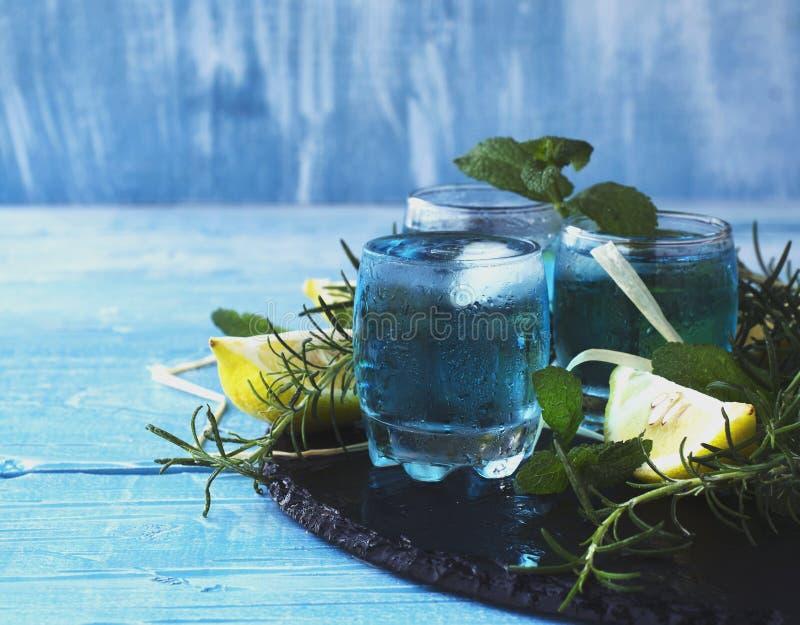 Μπλε ηδύποτο ή sambuca του Κουρασάο με το λεμόνι στοκ εικόνα