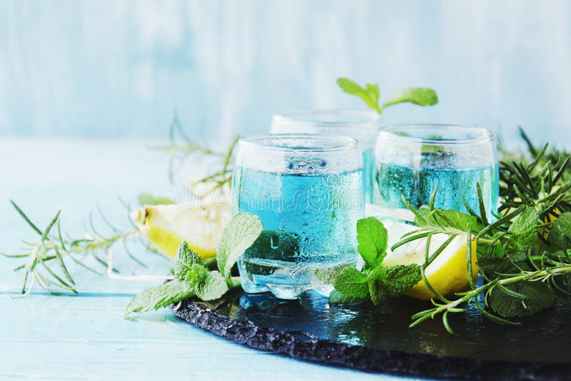 Μπλε ηδύποτο ή sambuca του Κουρασάο με το λεμόνι στοκ φωτογραφίες