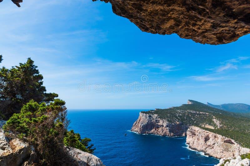 Μπλε θάλασσα σε Capo Caccia στοκ εικόνες