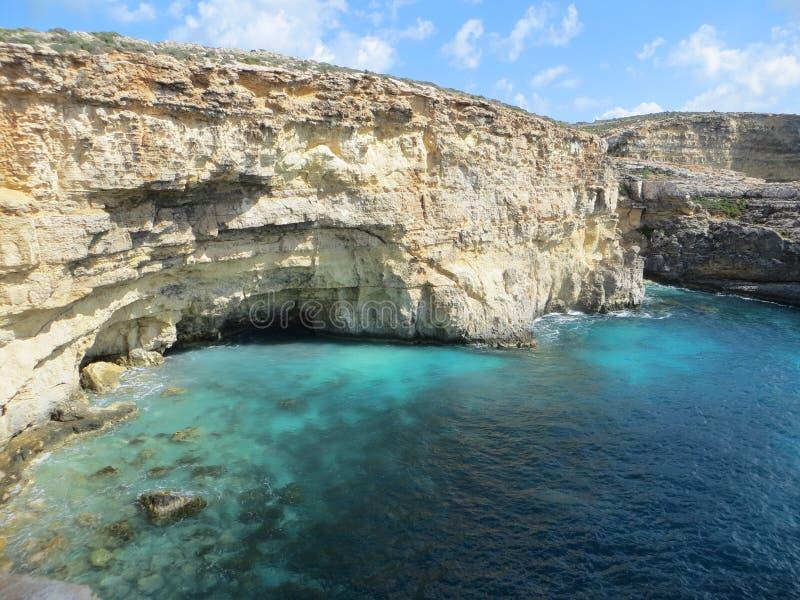 Μπλε λιμνοθάλασσα με τους κίτρινους βράχους στοκ εικόνες με δικαίωμα ελεύθερης χρήσης