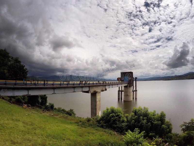 Μπλε-κίτρινη λίμνη στοκ εικόνα με δικαίωμα ελεύθερης χρήσης