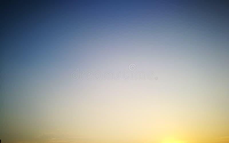 μπλε κίτρινος ουρανός στοκ φωτογραφία