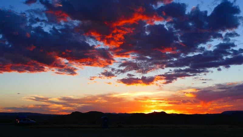 Μπλε και κόκκινα σύννεφα σε ένα νοτιοδυτικό ηλιοβασίλεμα ερήμων στοκ εικόνα με δικαίωμα ελεύθερης χρήσης