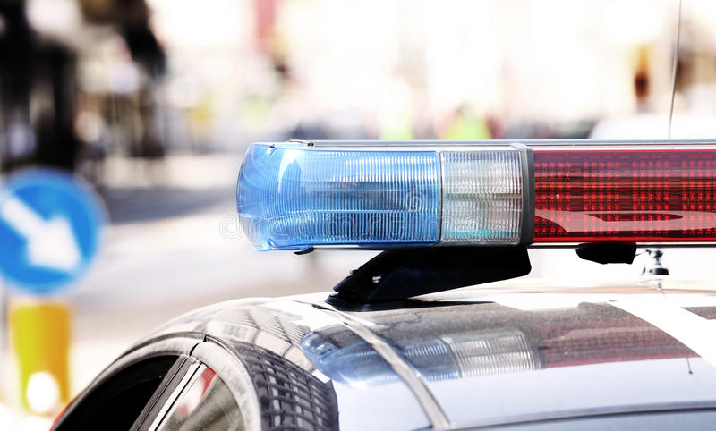 Μπλε και κόκκινες λάμποντας σειρήνες της αστυνομίας κατά τη διάρκεια του οδοφράγματος στο τ στοκ φωτογραφία με δικαίωμα ελεύθερης χρήσης