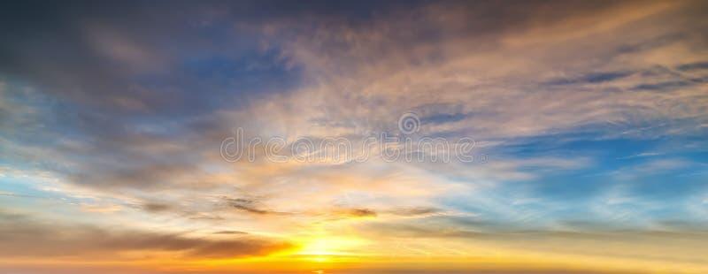 Μπλε και πορτοκαλής ουρανός με τα σύννεφα στοκ φωτογραφία