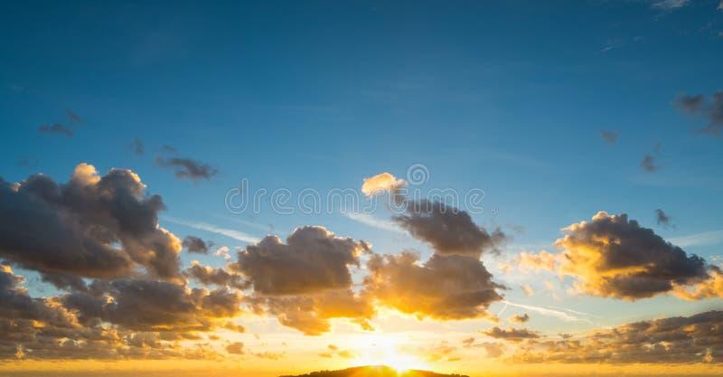 Μπλε και πορτοκαλής ουρανός στο σούρουπο στοκ φωτογραφίες με δικαίωμα ελεύθερης χρήσης