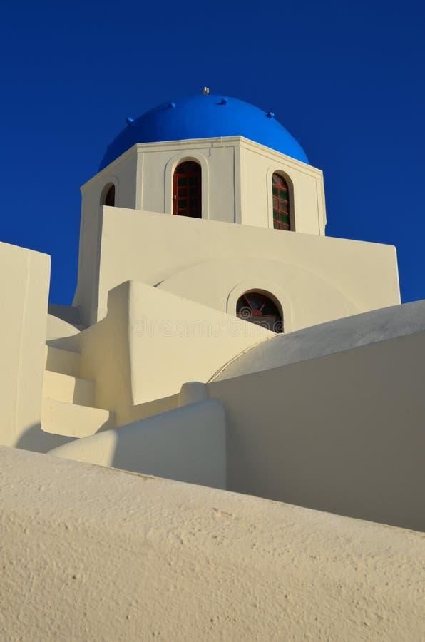 Μπλε-καλυμμένο δια θόλου τα ελληνικά κτήριο στοκ φωτογραφίες