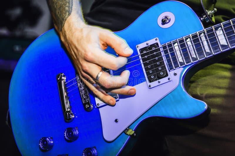 Μπλε κινηματογράφηση σε πρώτο πλάνο κιθάρων σειράς κιθάρων στοκ φωτογραφία