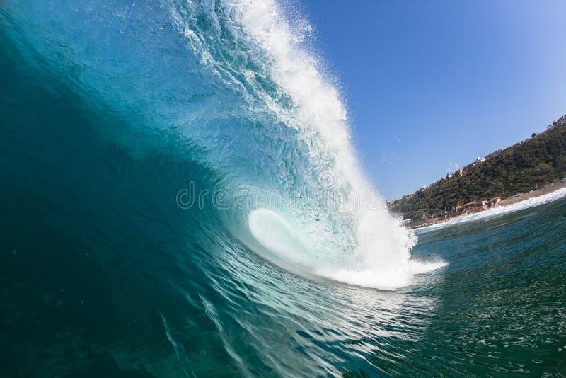 Μπλε κοίλος σωλήνας κυμάτων μέσα στο κολυμπώντας νερό στοκ φωτογραφίες