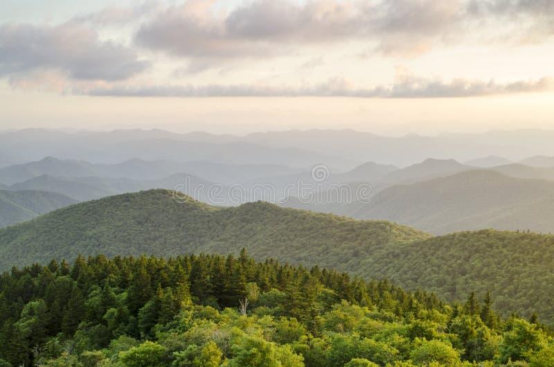 Μπλε κορυφογραμμών Vista Άσβιλλ NC βουνών χώρων στάθμευσης της όξινης απορροής στοκ φωτογραφία με δικαίωμα ελεύθερης χρήσης