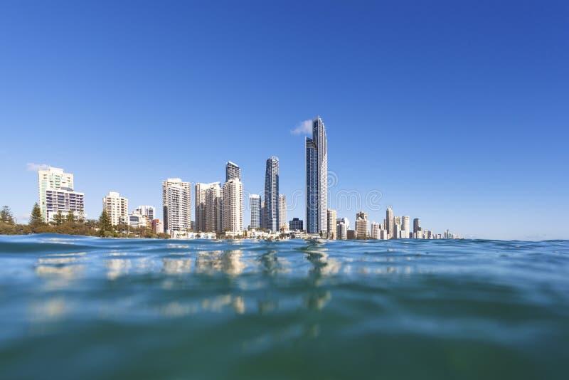 Μπλε κύματα που κυλούν στην παραλία παραδείσου Surfers στοκ εικόνες