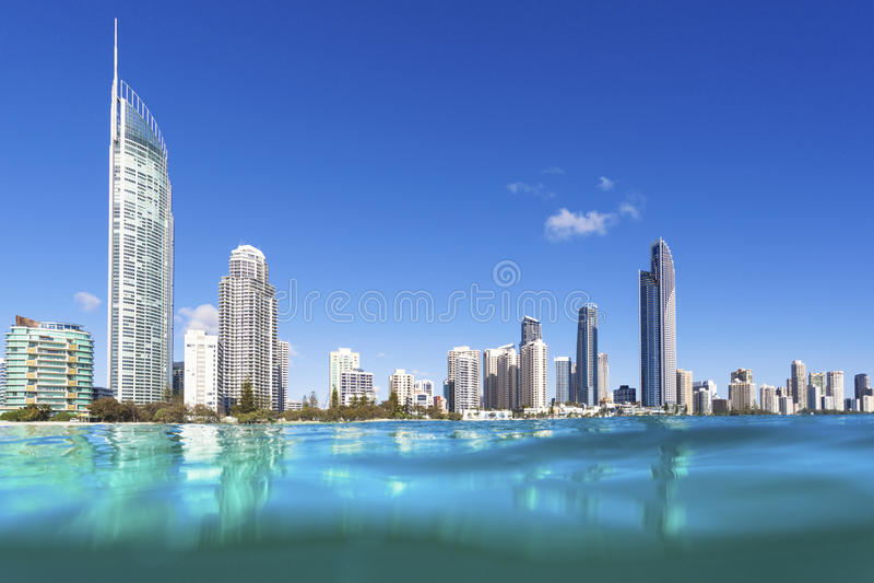 Μπλε κύματα που κυλούν στην παραλία παραδείσου Surfers στοκ φωτογραφία με δικαίωμα ελεύθερης χρήσης
