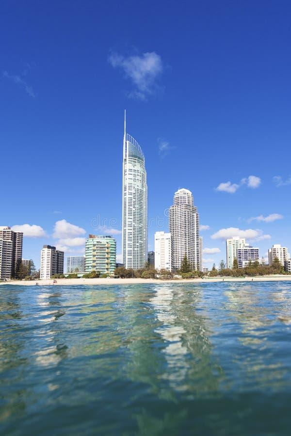 Μπλε κύματα που κυλούν στην παραλία παραδείσου Surfers στοκ φωτογραφίες