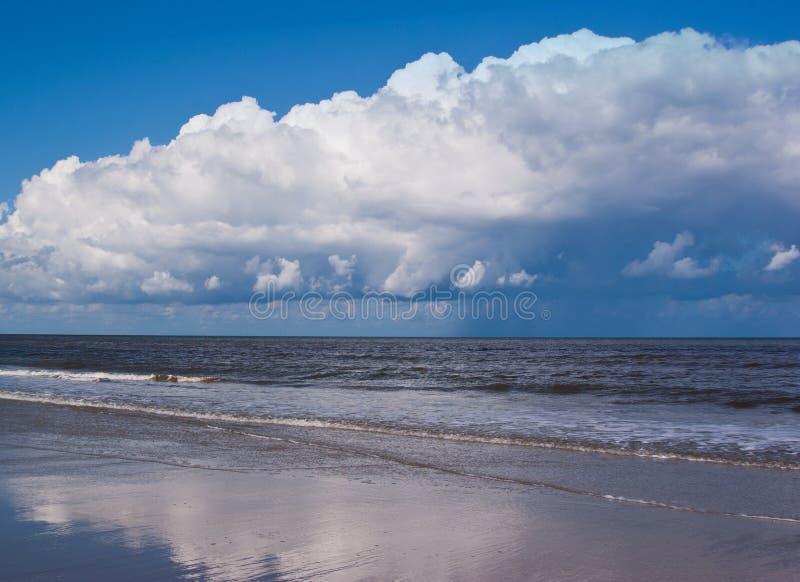Μπλε κύματα της θάλασσας, της παραλίας και του μπλε ουρανού, παραλία Βόρεια Θαλασσών, Φρεισία, Κάτω Χώρες στοκ φωτογραφίες