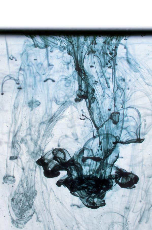 Μπλε μελάνι στο νερό σε ένα άσπρο υπόβαθρο. στοκ εικόνα με δικαίωμα ελεύθερης χρήσης