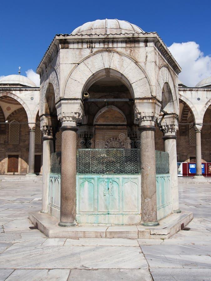 Μπλε μουσουλμανικό τέμενος, πηγή πλύσης στοκ εικόνες