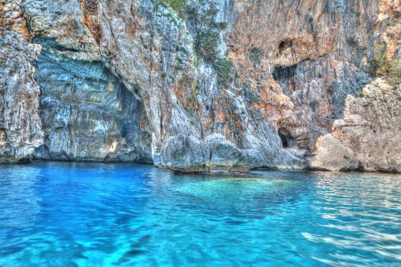 Μπλε νερό από τη σπηλιά στοκ εικόνες