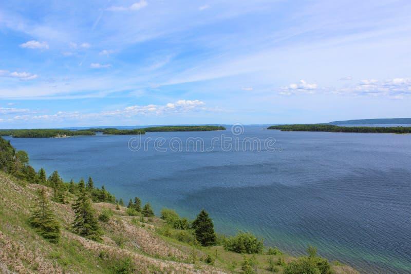 Μπλε νερό και πράσινα νησιά από την ακτή του μαρμάρινου βουνού στους στηθοδέσμους Δ ` ή των λιμνών στο βρετονικό νησί ακρωτηρίων στοκ φωτογραφίες με δικαίωμα ελεύθερης χρήσης