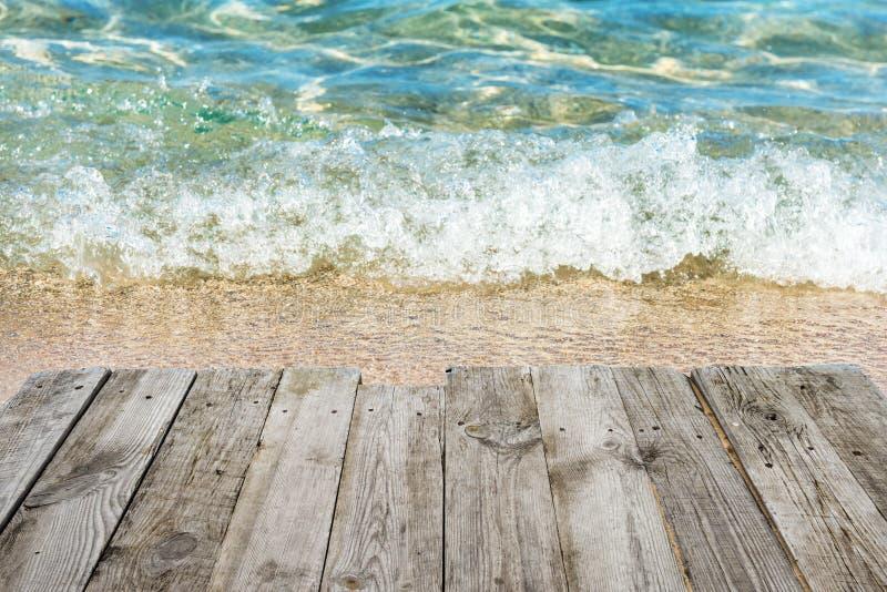 Μπλε νερό με την κενή ξύλινη πλατφόρμα στοκ φωτογραφία με δικαίωμα ελεύθερης χρήσης