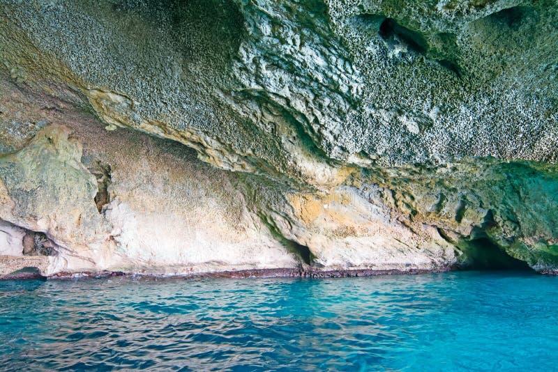 Μπλε νερό στη σπηλιά στοκ εικόνες με δικαίωμα ελεύθερης χρήσης