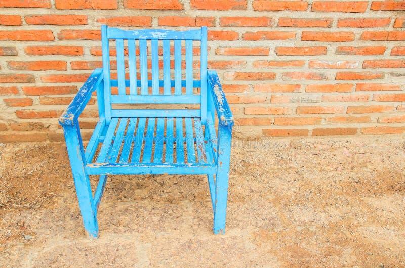 Μπλε ξύλινες καρέκλες στο πάτωμα στοκ φωτογραφίες με δικαίωμα ελεύθερης χρήσης