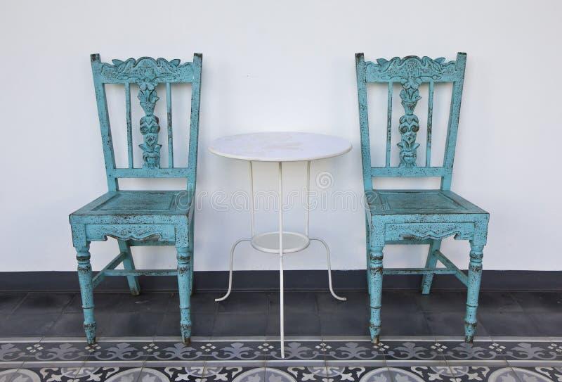 Μπλε ξύλινη καρέκλα με τον πίνακα. στοκ φωτογραφία με δικαίωμα ελεύθερης χρήσης