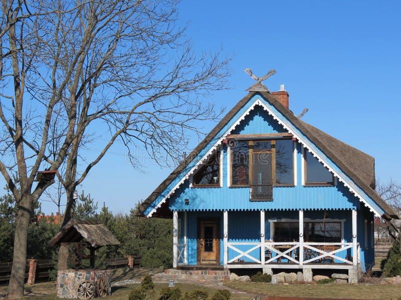 Μπλε ξύλινο σπίτι στοκ φωτογραφία
