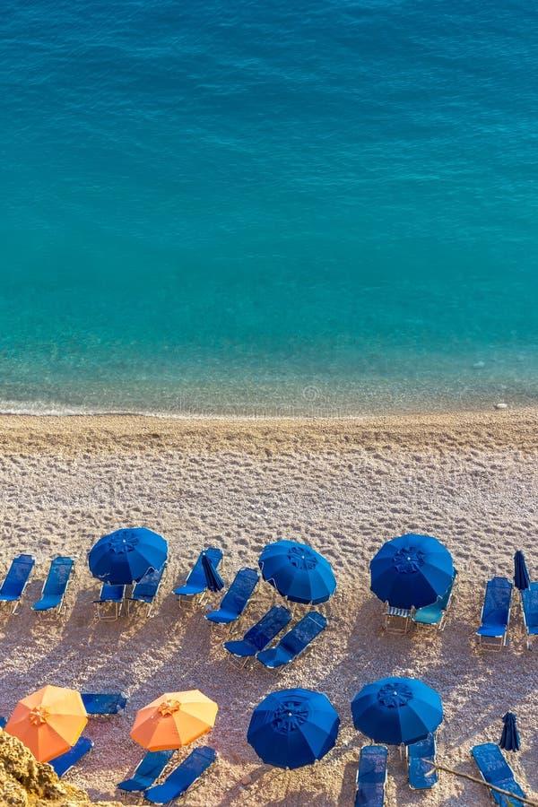 Μπλε ομπρέλες και μπλε θάλασσα - νησί της Ελλάδας, Λευκάδα στοκ εικόνα με δικαίωμα ελεύθερης χρήσης