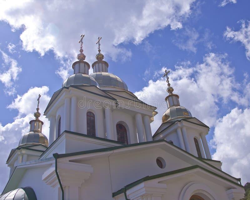 Μπλε ουρανοί επάνω από τον ορθόδοξο καθεδρικό ναό, Yalta, Ουκρανία στοκ εικόνα με δικαίωμα ελεύθερης χρήσης