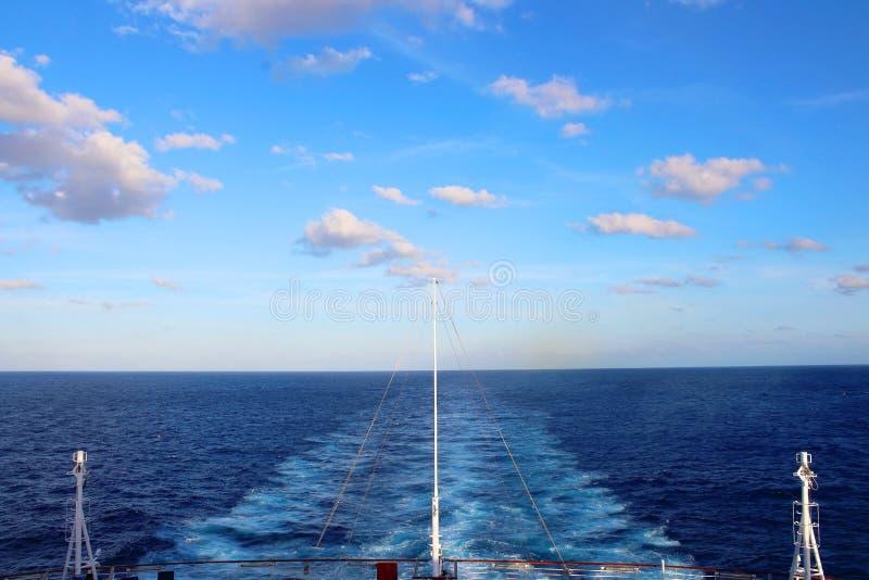 Μπλε ουρανοί και άσπρα κύματα κατά την καραϊβική άποψη από τη γέφυρα στοκ εικόνα