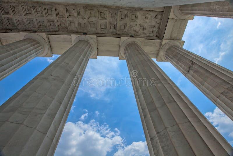 Μπλε ουρανοί μέσω των στηλών του μνημείου του Λίνκολν στοκ φωτογραφίες με δικαίωμα ελεύθερης χρήσης