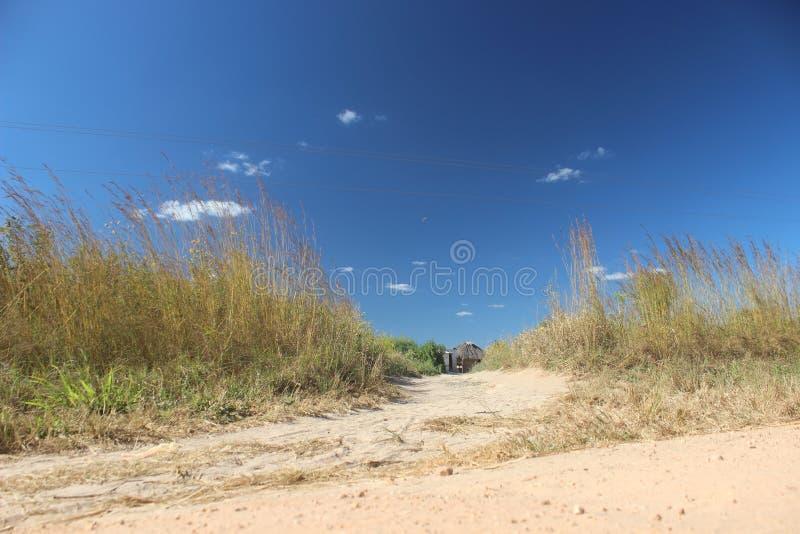 Μπλε ουρανοί στο χωριό στοκ φωτογραφίες