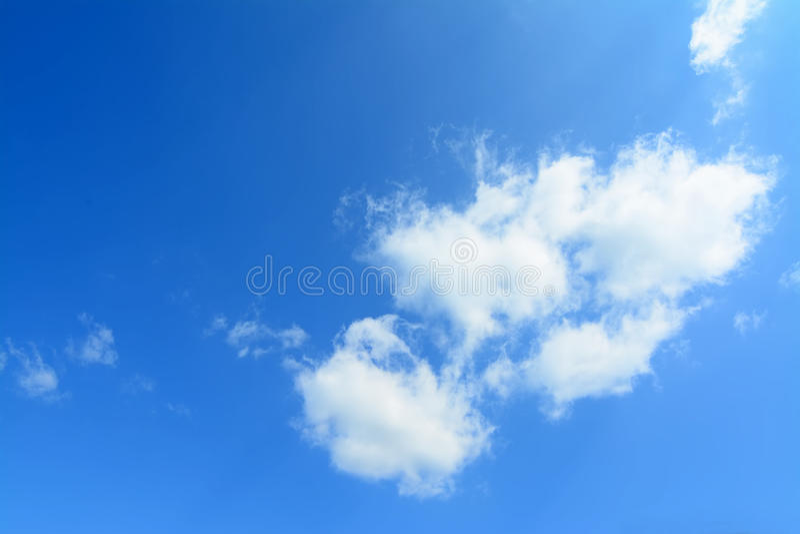 Μπλε ουρανός, άσπρα σύννεφα στοκ εικόνες