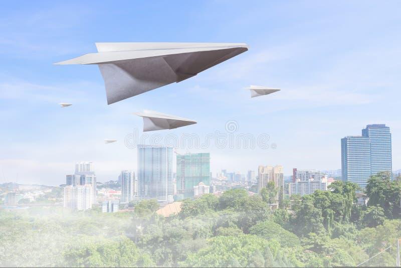 μπλε ουρανός αεροπλάνων εγγράφου στοκ φωτογραφία