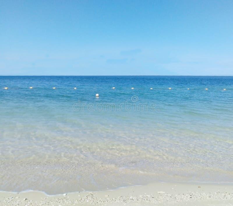 Μπλε ουρανός και παραλία θάλασσας αγνότητας στοκ εικόνες με δικαίωμα ελεύθερης χρήσης