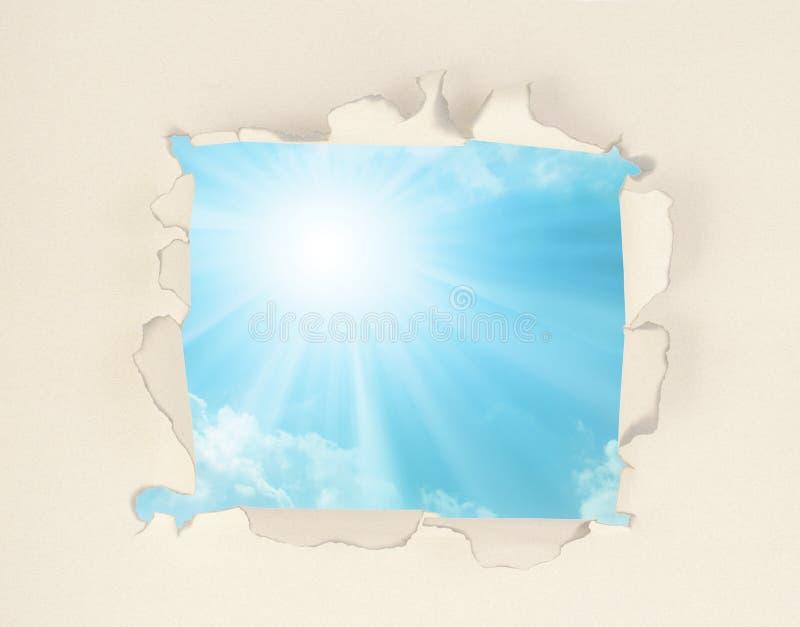 Μπλε ουρανός μέσω του σχισμένου εγγράφου απεικόνιση αποθεμάτων