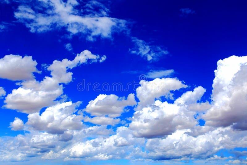 Μπλε ουρανός με τα σύννεφα βαμβακιού peacefull στοκ εικόνες