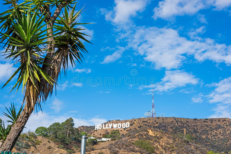 Μπλε ουρανός με τα σύννεφα πέρα από το σημάδι Hollywood στοκ εικόνες με δικαίωμα ελεύθερης χρήσης