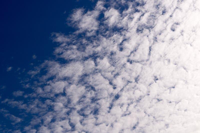 Μπλε ουρανός με τα σύννεφα, σωρείτης irrus Ñ , υπόβαθρο, φύση στοκ φωτογραφία