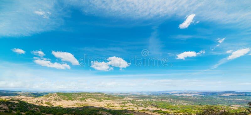 Μπλε ουρανός πέρα από ένα σαρδηνιακό τοπίο στοκ εικόνες