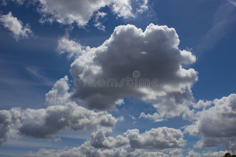 μπλε ουρανός σύννεφων κιν& στοκ φωτογραφίες
