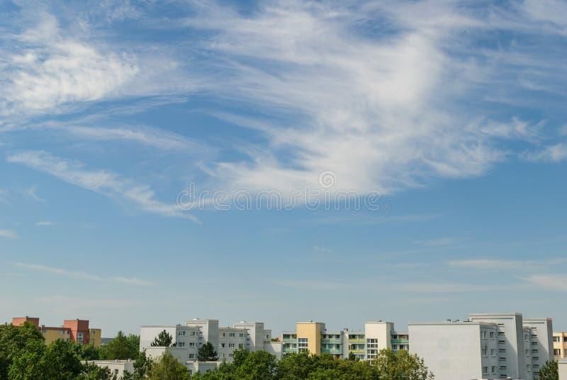 Μπλε ουρανός της Νίκαιας με μερικά σύννεφα στο Μόναχο - Neuperlach στοκ φωτογραφία