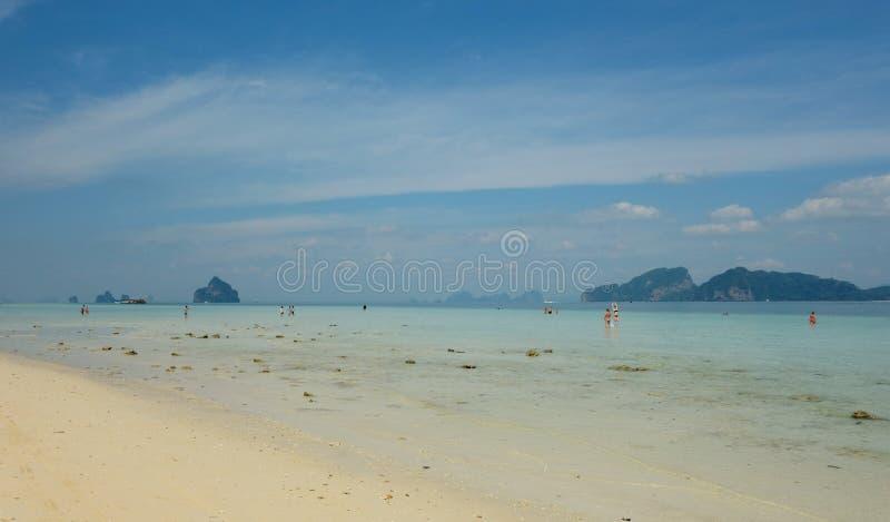 Μπλε ουρανός Koh Kradan, Ταϊλάνδη στοκ εικόνα